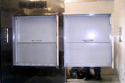 Спарені ресторанні підйомники на 3 зупинки, встановлені на плаваючому дебаркадері (двері в захисній плівці, оздоблення шахти - з полірованої нержавіючої сталі)