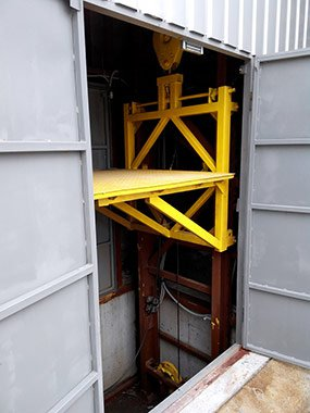 """Підйомник вантажний,  консольний в металокаркасній шахті ТОВ """"ГОЛЕКС"""" на замовлення"""