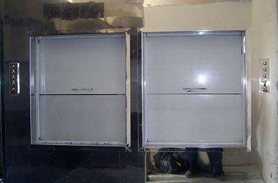 Два спаренных кухонных подъемника в одной шахте